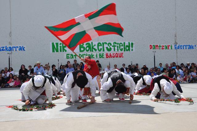 The+Basque+flag+waves+proudly+at+the+2011+Bakersfield+festival.+Photo%3A+Euskal+Kazeta.