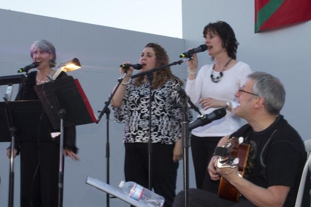 Mikel+Markez+sings+with+the+Noka+trio+in+Bakersfield.