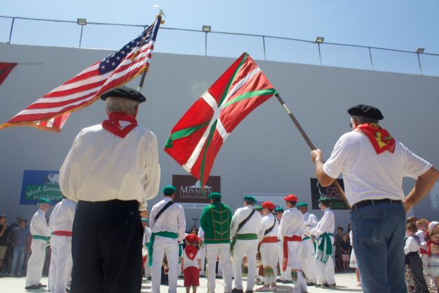 The+Basque+and+U.S.+flags+fly+during+the+Star+Spangled+Banner.