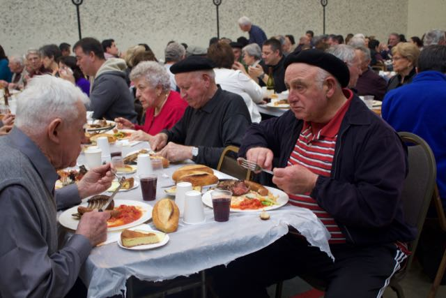 The+crowd+of+over+400+diners+filled+the+handball+court.