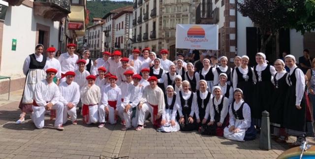 The+42+dancers+of+Kaliforniako+Euskal+Etxeak.