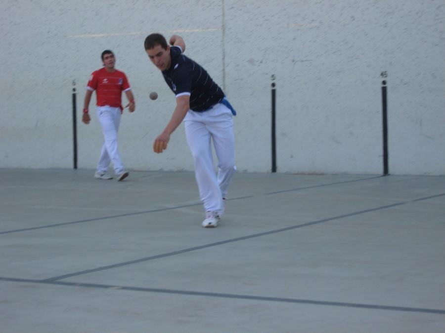 Alberto+Ongay+plays+for+Bakersfield+crowd+at+2009+festival.+Photo%3A+Euskal+Kazeta
